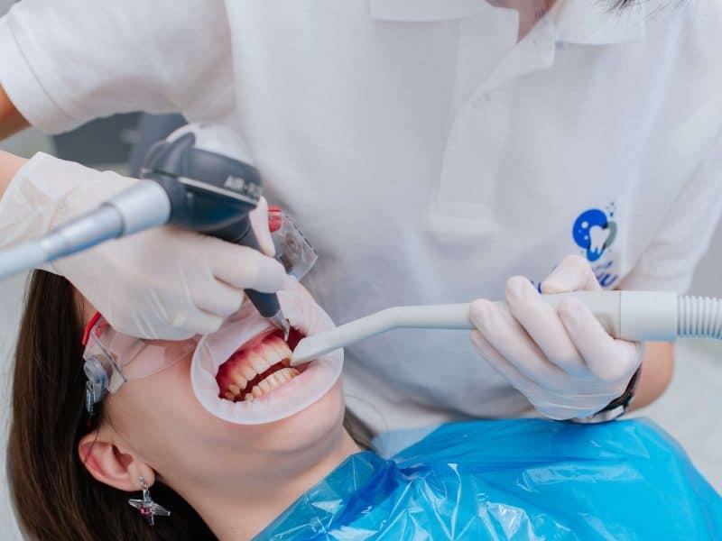 czyszczenie zębów w gabinecie dentystycznym
