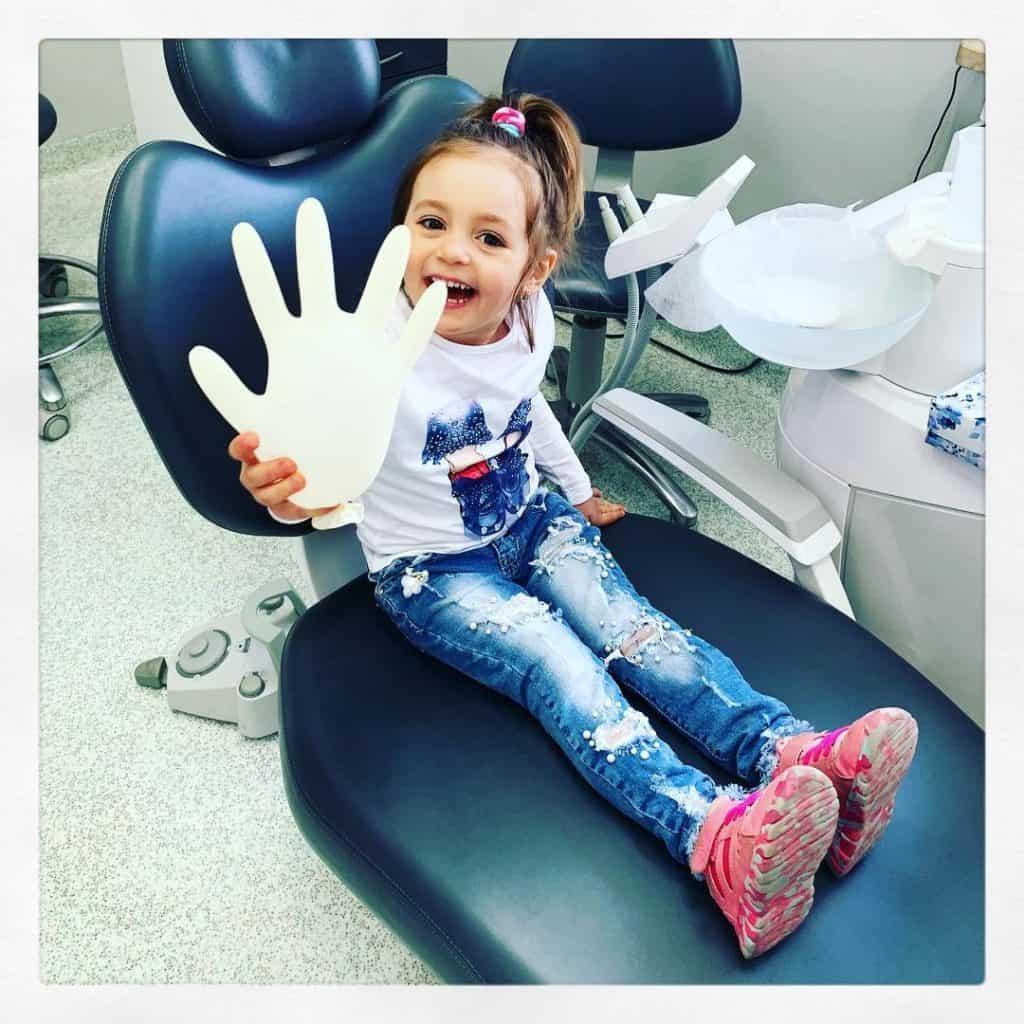 dziecko w fotelu u dentysty